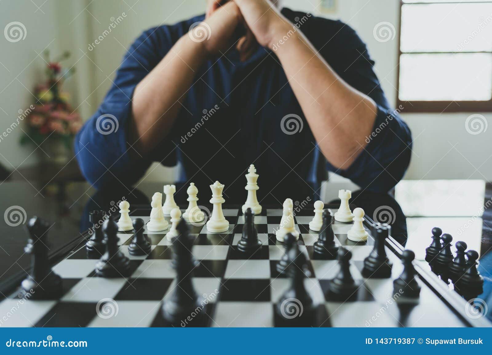 拿着国王Chess的商人在棋枰被安置 使用作为背景企业概念和战略概念与拷贝