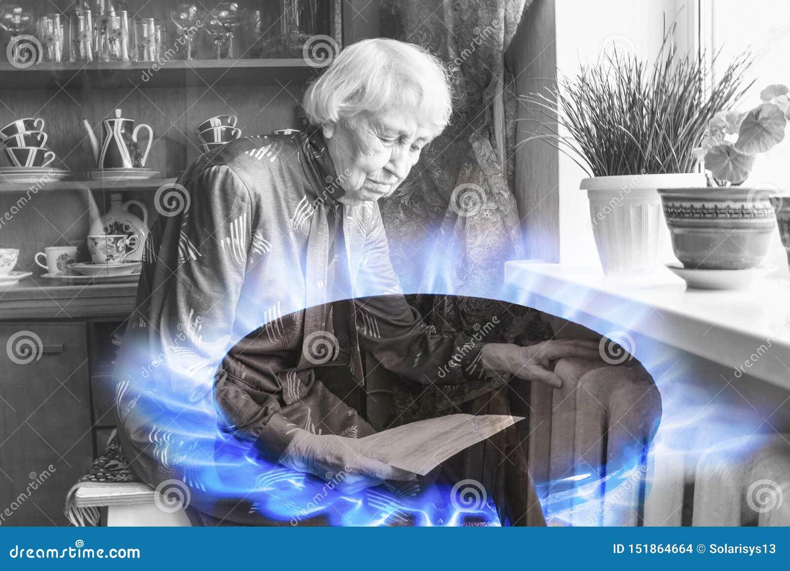 拿着在加热的幅射器前面的妇女现金 加热的付款在冬天