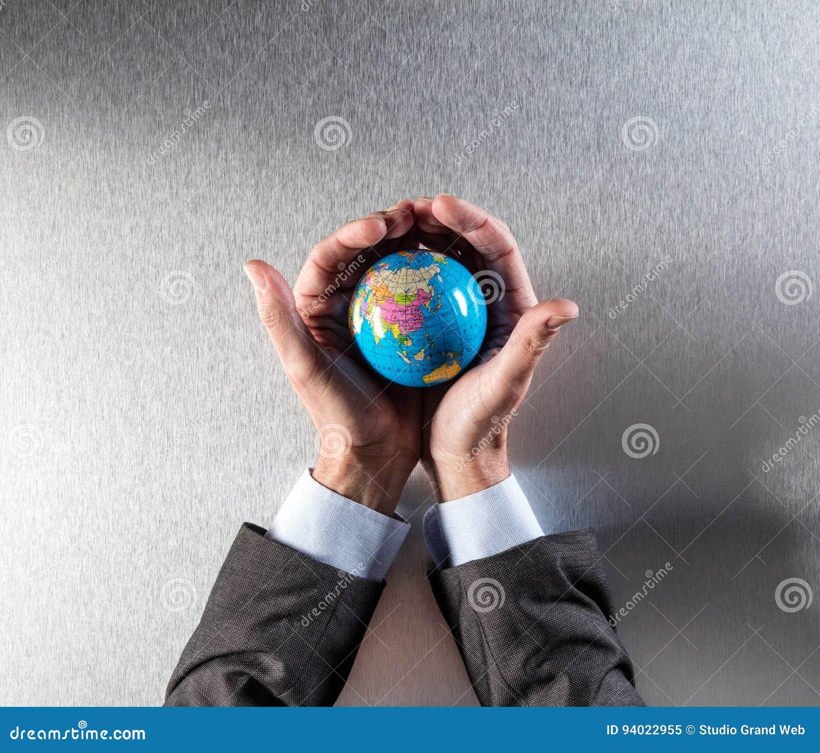拿着在手内的保护的商人地球环境关心的