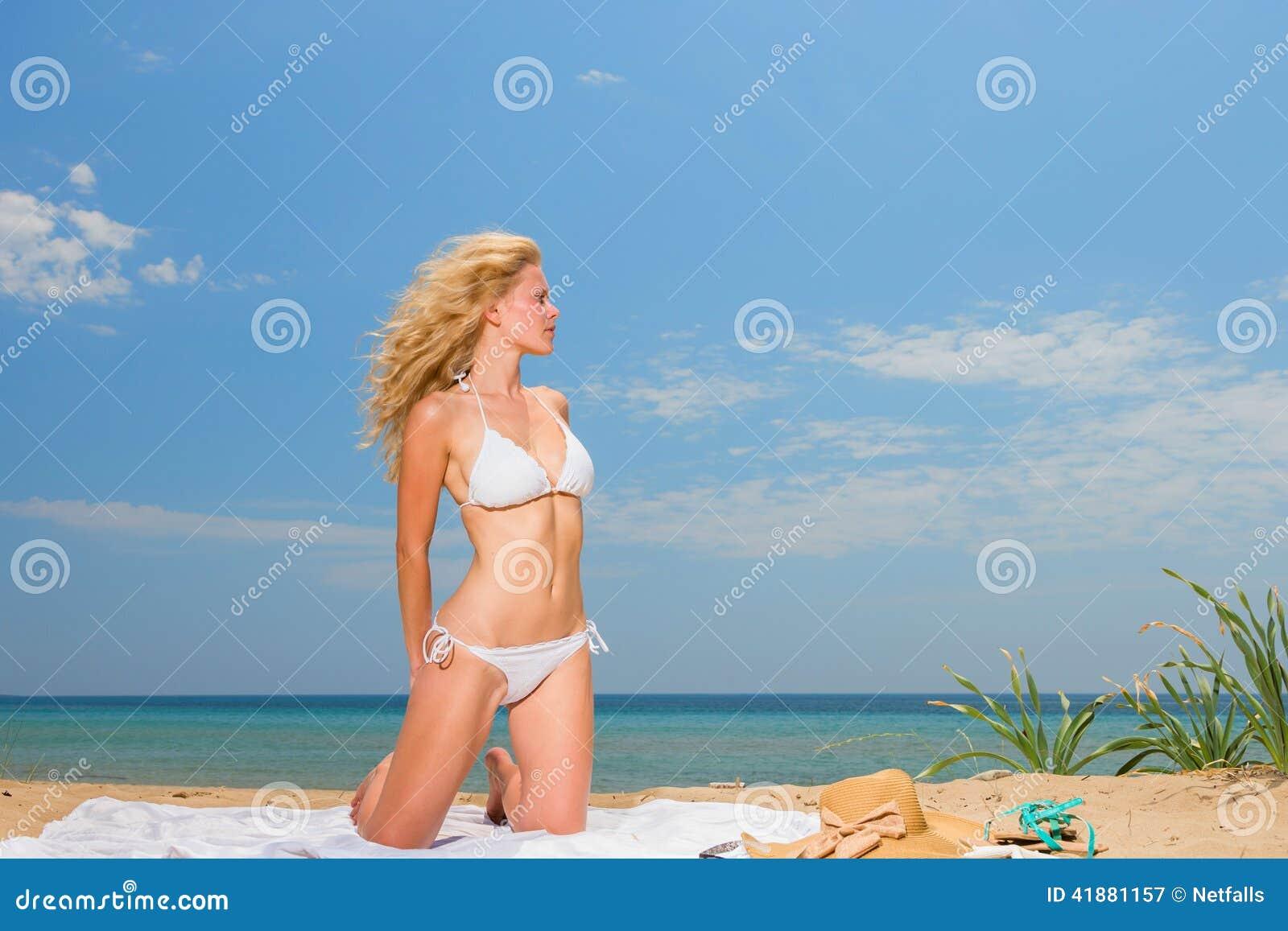 海滩丰满荡妇完整版_拿着在海滩的白色比基尼泳装的少妇布裙