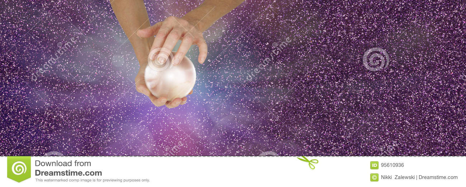 拿着在闪耀的横幅的算命者水晶球