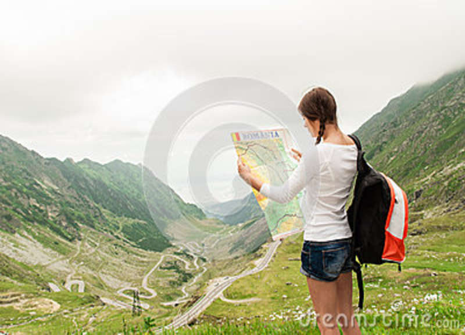 拿着地图的小姐远足者
