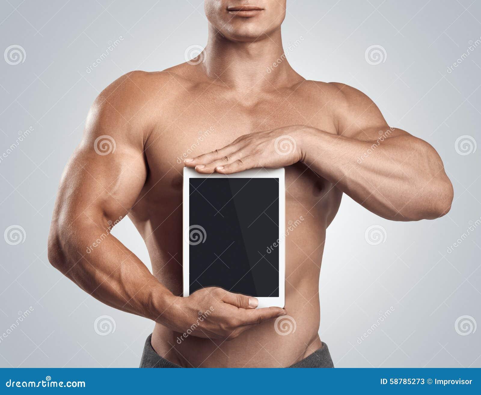拿着垂直有黑屏的健身男性数字式片剂