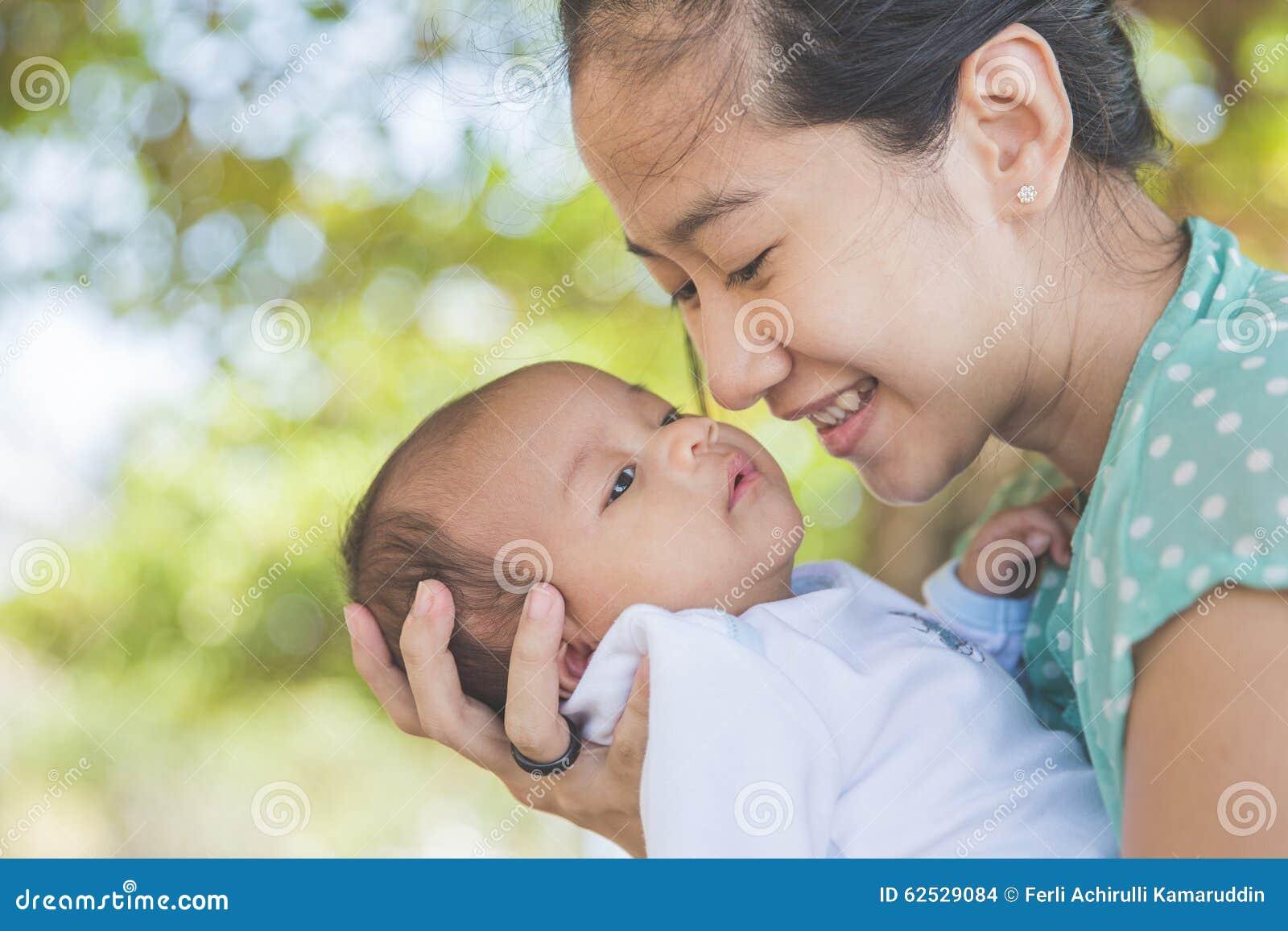 拿着她的女婴的妇女
