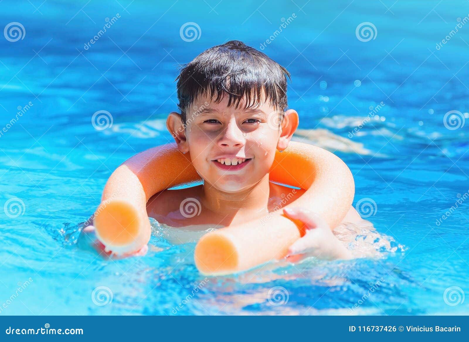 拿着安全的男孩水池面条浮体