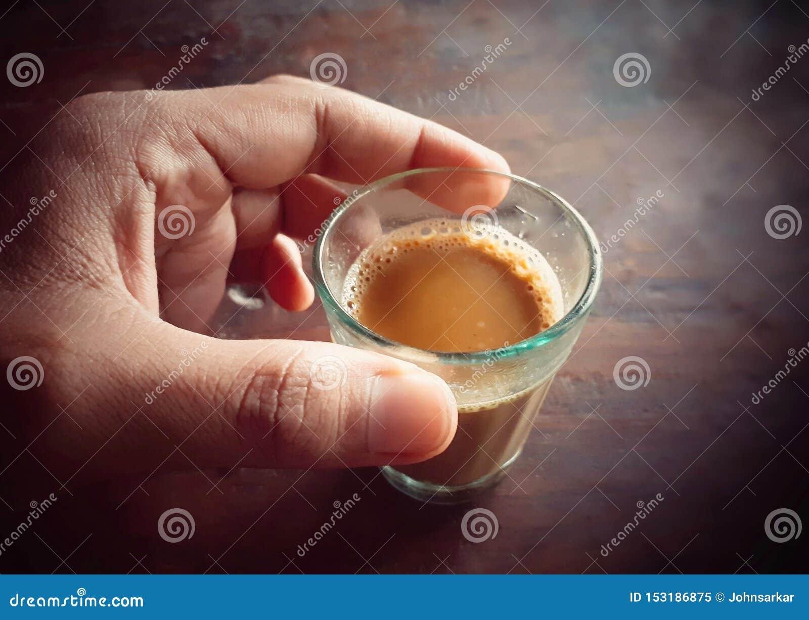 拿着小杯茶的男性手