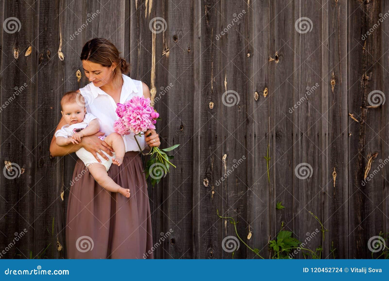 拿着小母亲的婴孩