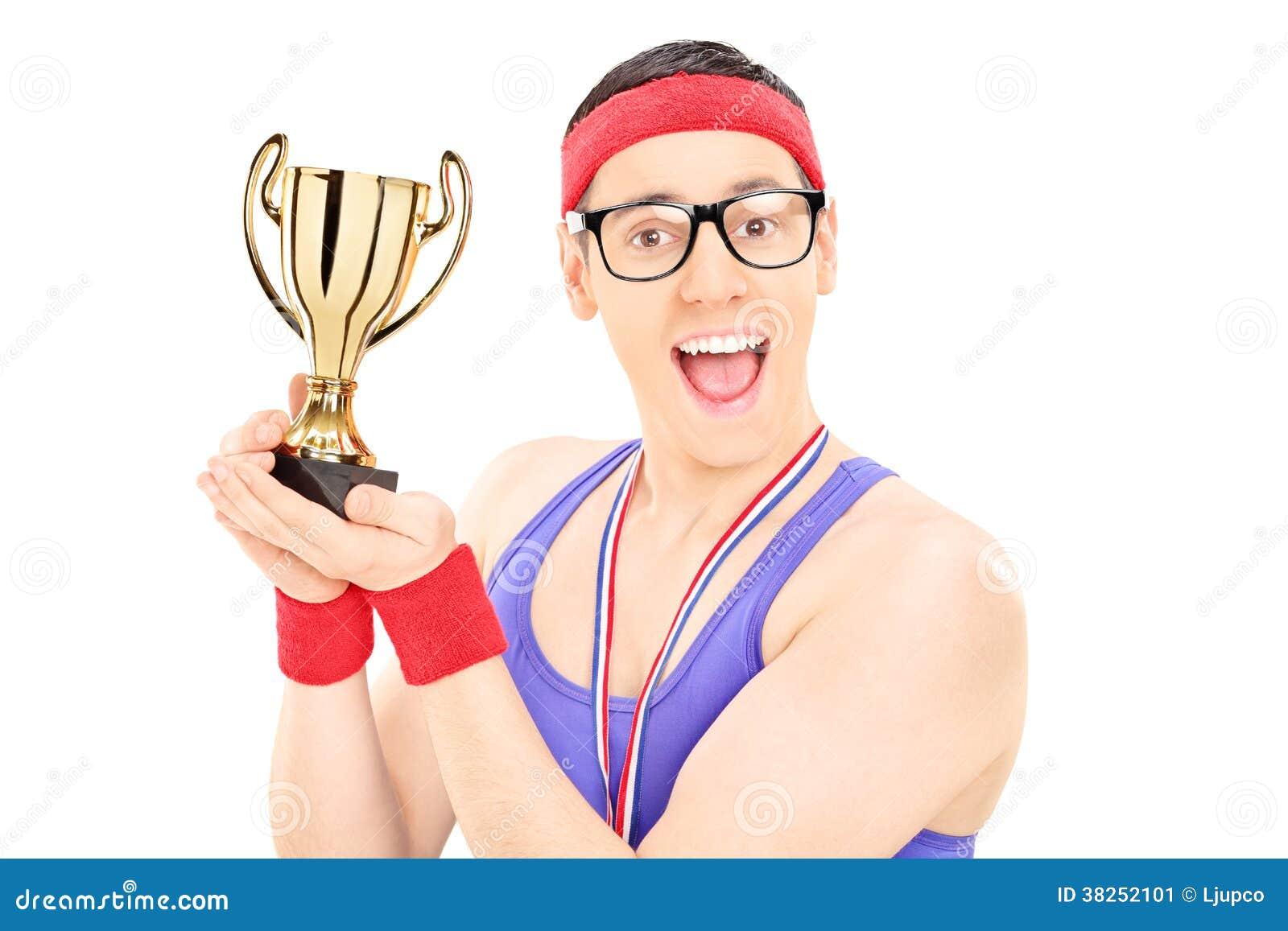 拿着战利品的年轻男性冠军