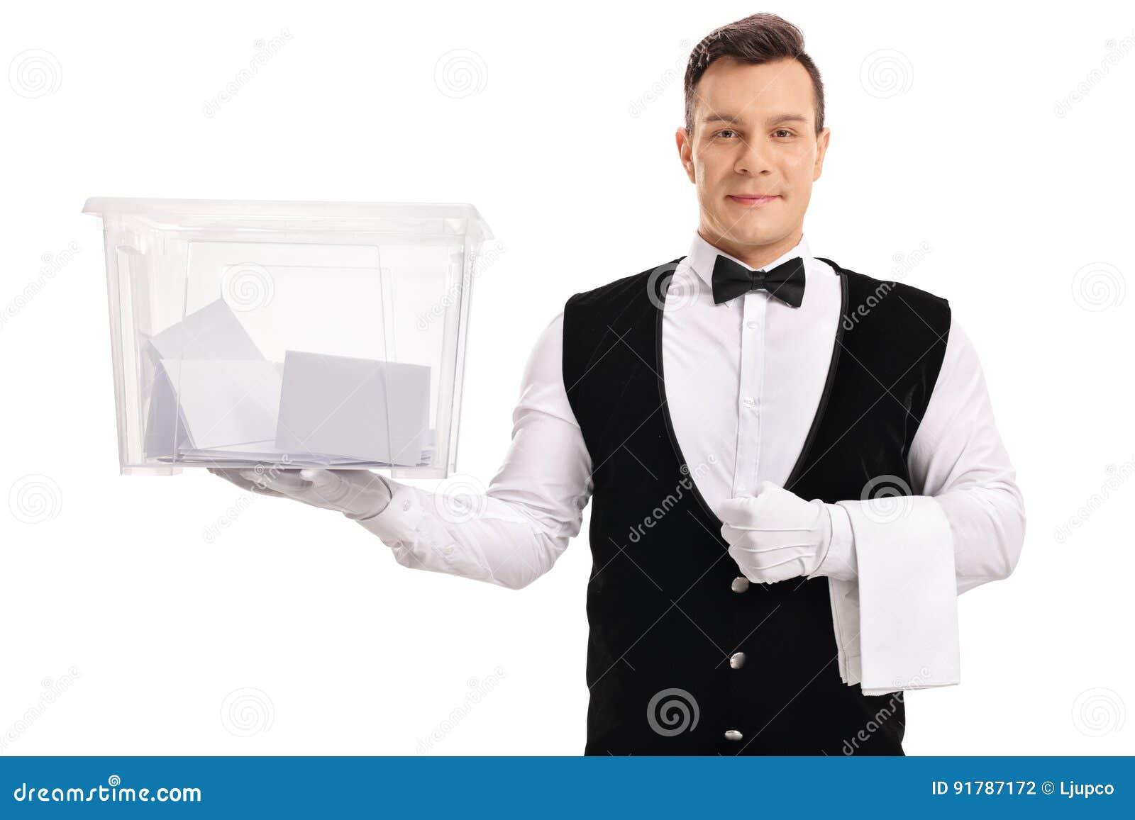 拿着投票箱的男管家用表决填装了