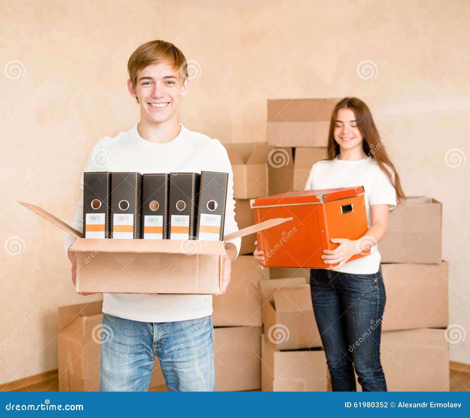 拿着搬入的年轻夫妇纸板箱一个新房