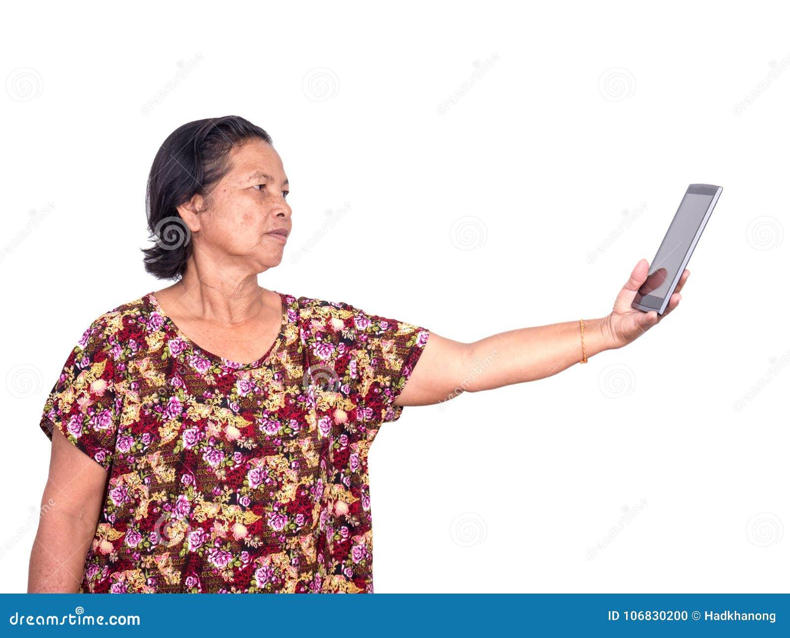 拿着数字式片剂的年长亚裔妇女和延长forw