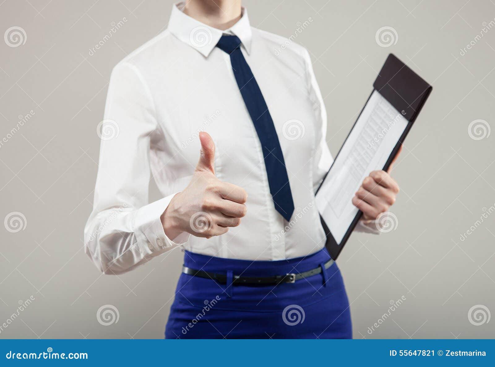 拿着文件和显示拇指的无法认出的女实业家
