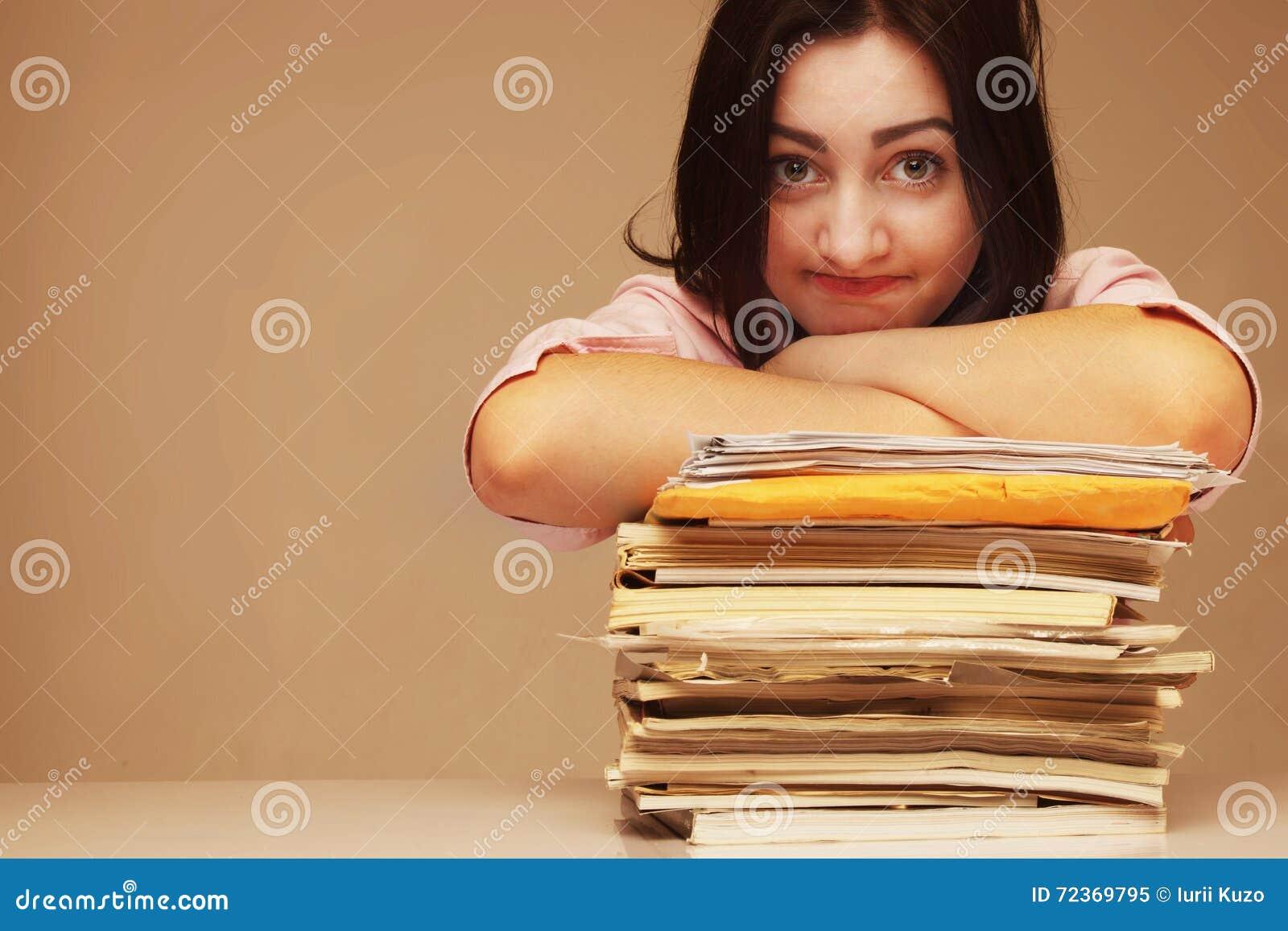 拿着文件文件夹的被用尽的美丽的女商人