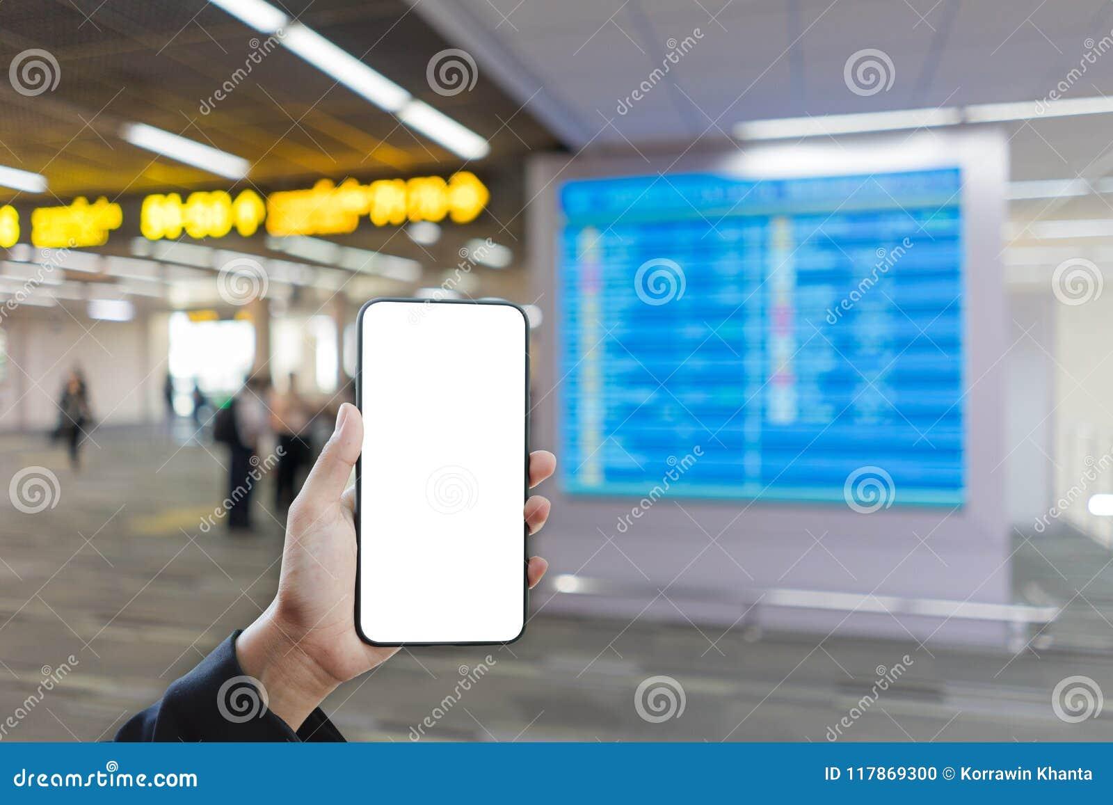 拿着智能手机大模型和被弄脏的航行时刻表背景的妇女手