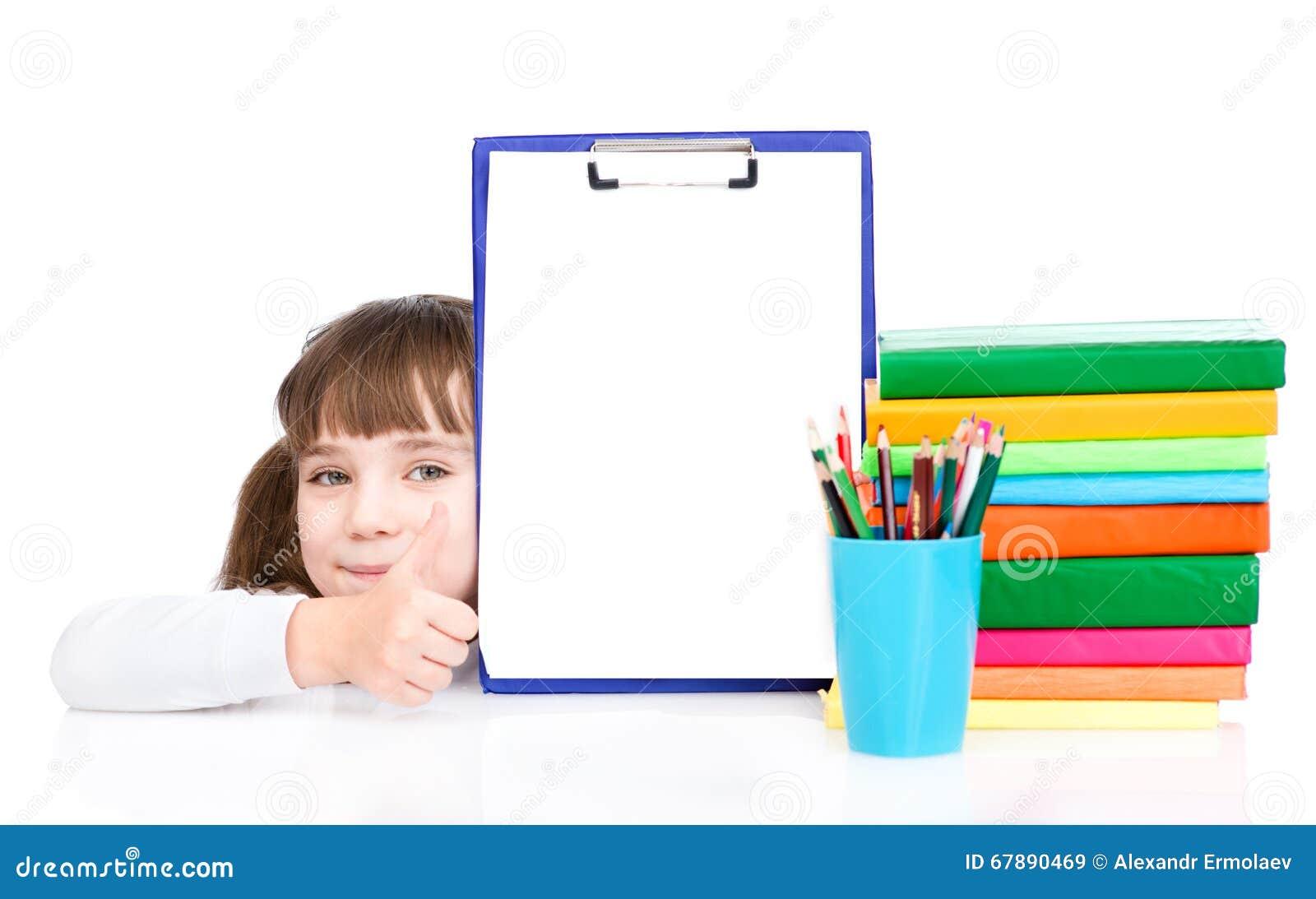 拿着有一个空的文件的剪贴板和显示赞许的女孩 查出在白色