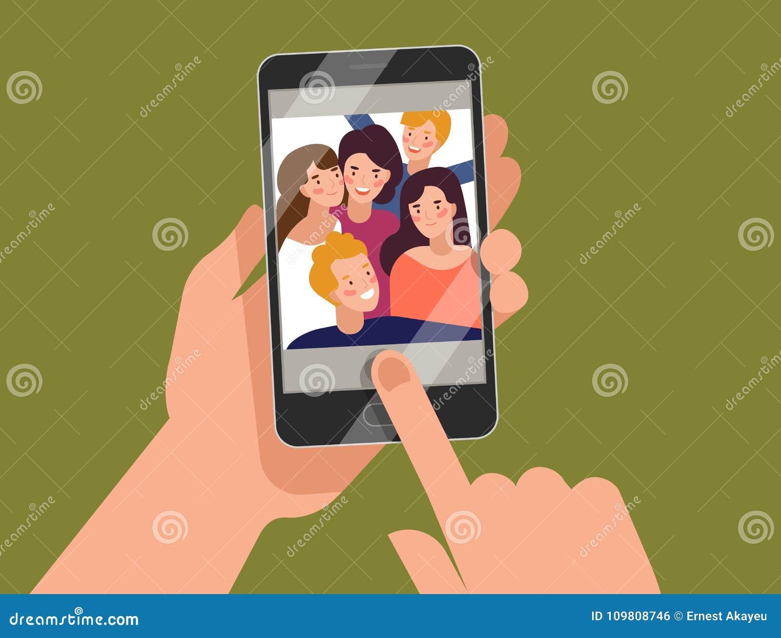 拿着有年轻微笑的男人和妇女的手智能手机显示在屏幕上 采取selfie,小组的朋友愉快