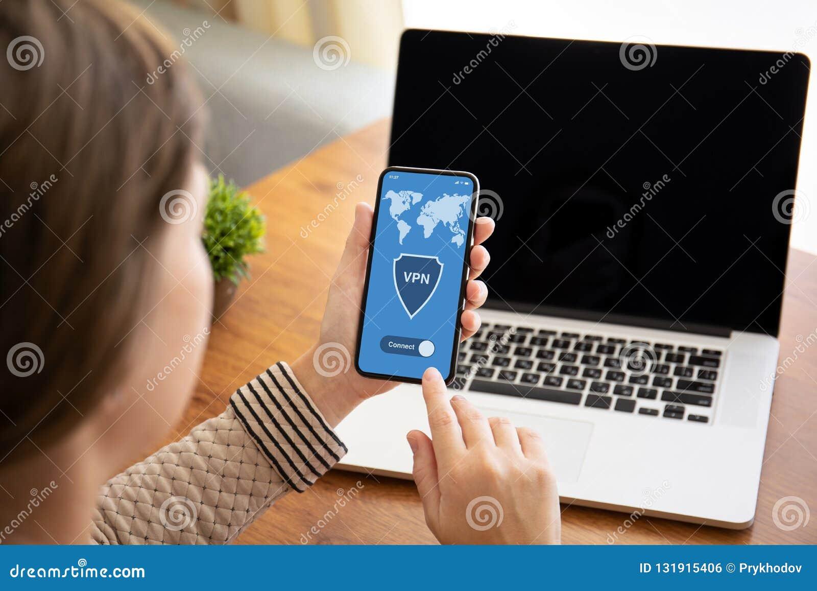 拿着有应用程序vpn的女性手接触电话在屏幕上