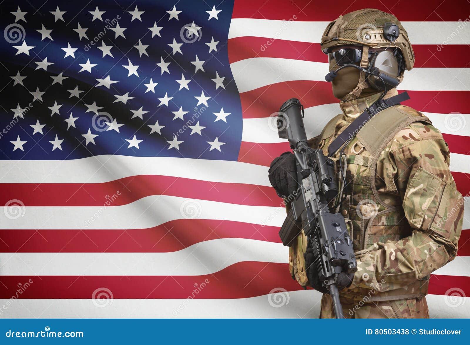 拿着有旗子的盔甲的战士机枪在背景系列-美国