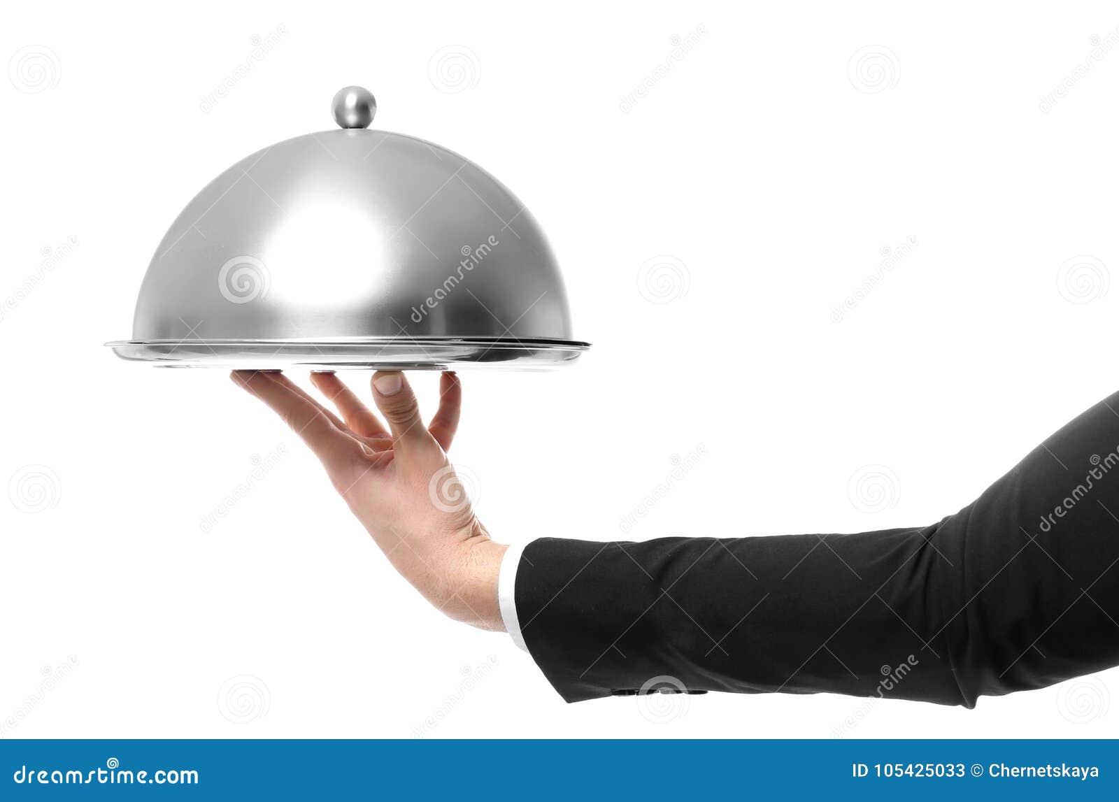 拿着有盖子的侍者的手金属盘子