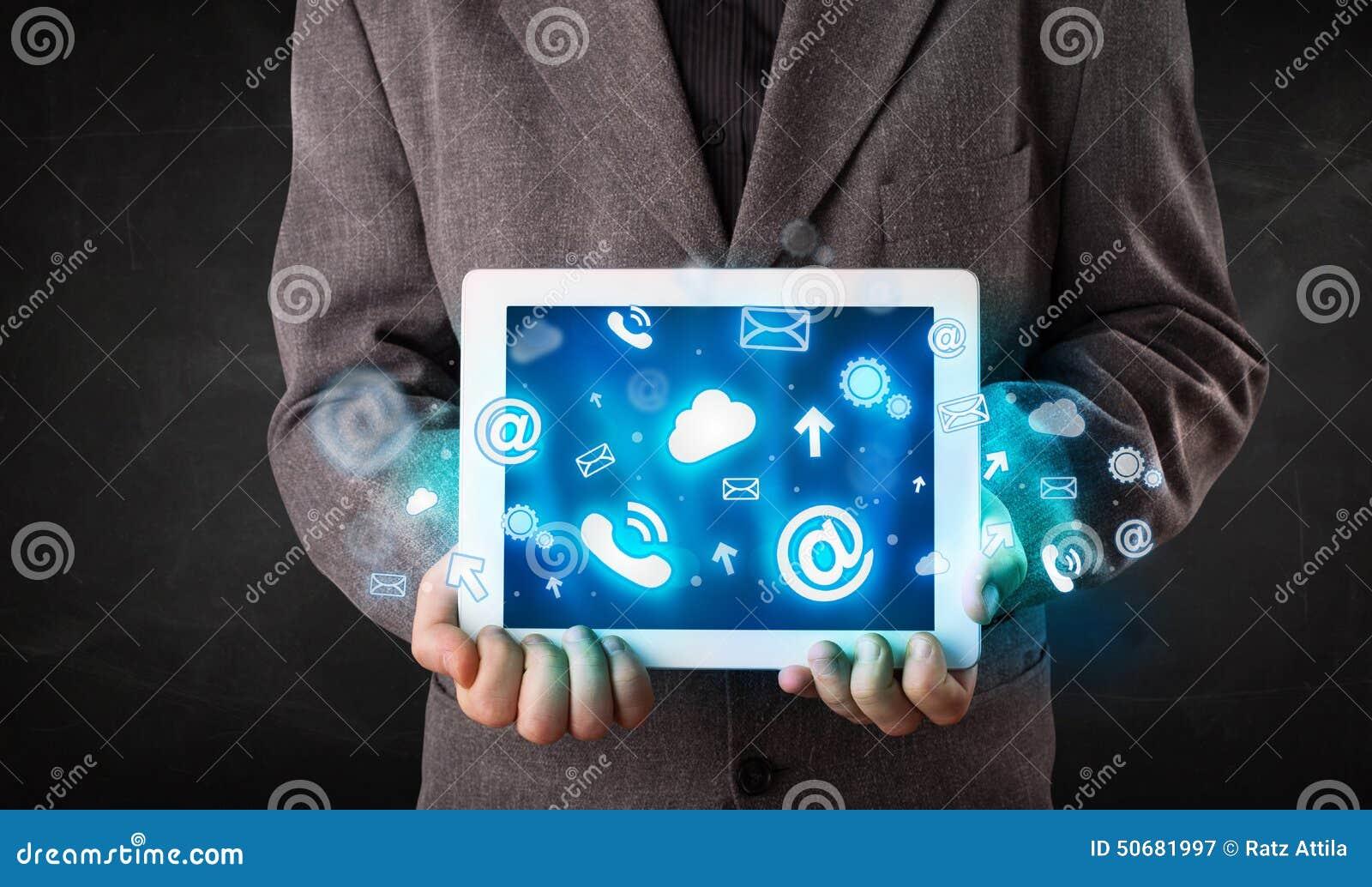 Download 拿着有蓝色技术象和标志的人一种片剂 库存图片. 图片 包括有 邮件, 互联网, 图标, 背包, 网络, 膝上型计算机 - 50681997