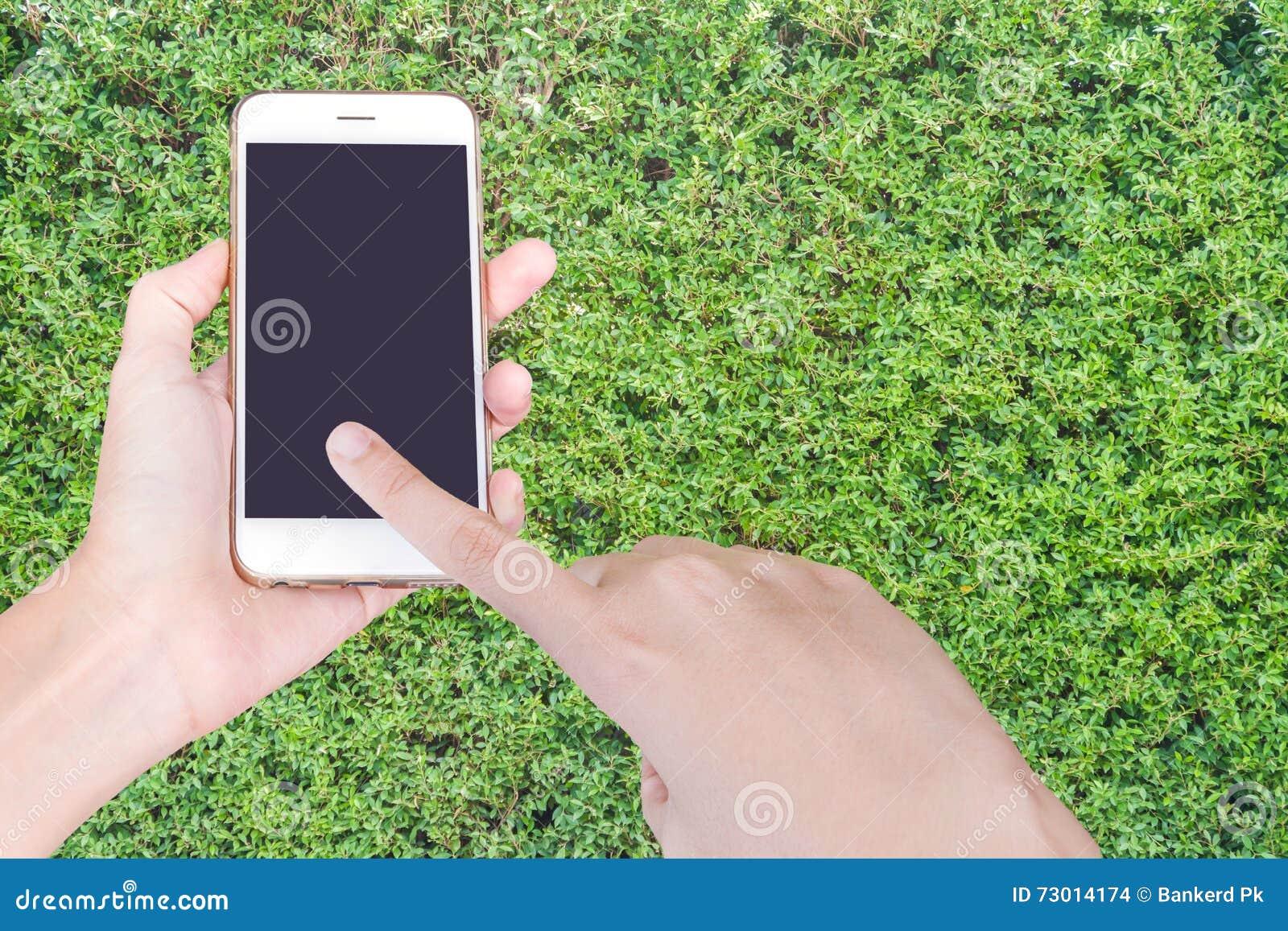 拿着有黑屏的商人的手白色智能手机