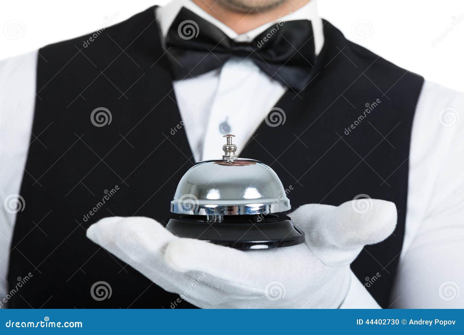 拿着服务响铃的男管家