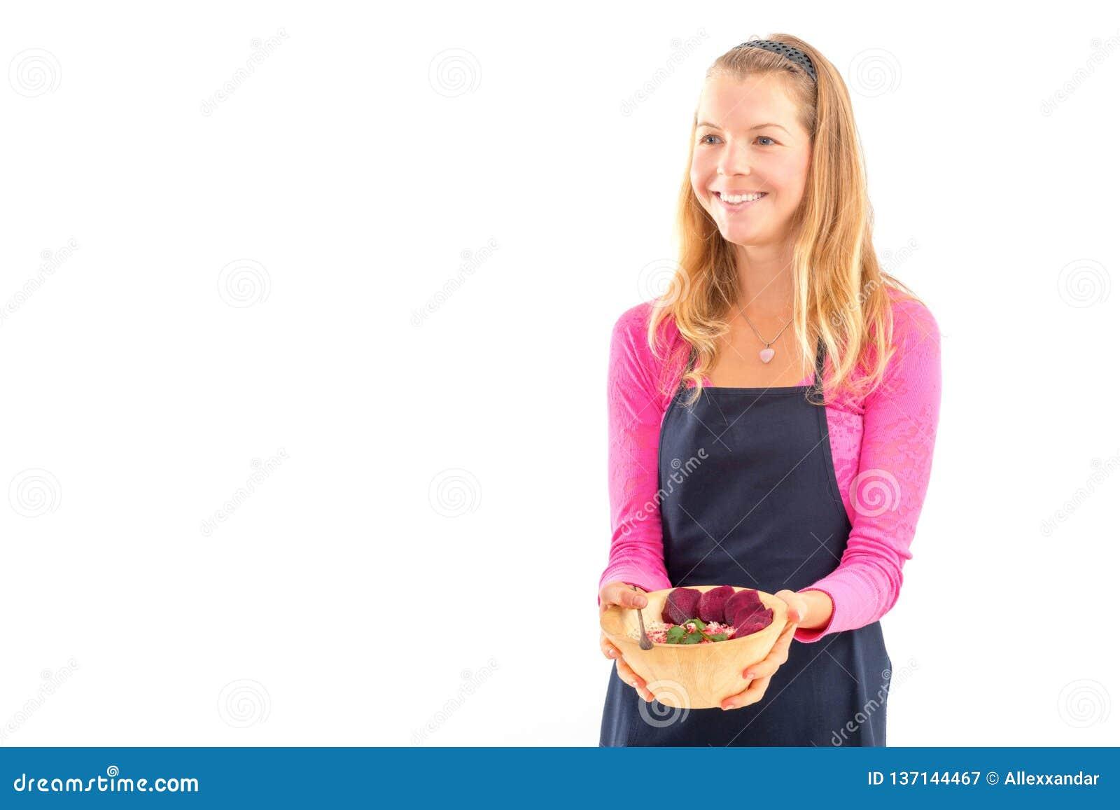 拿着未加工的素食主义者健康食品的年轻女人 未加工的食物概念竹碗