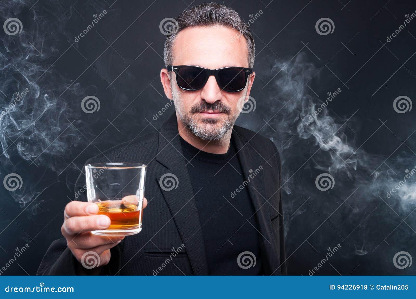 拿着杯威士忌酒的专属人