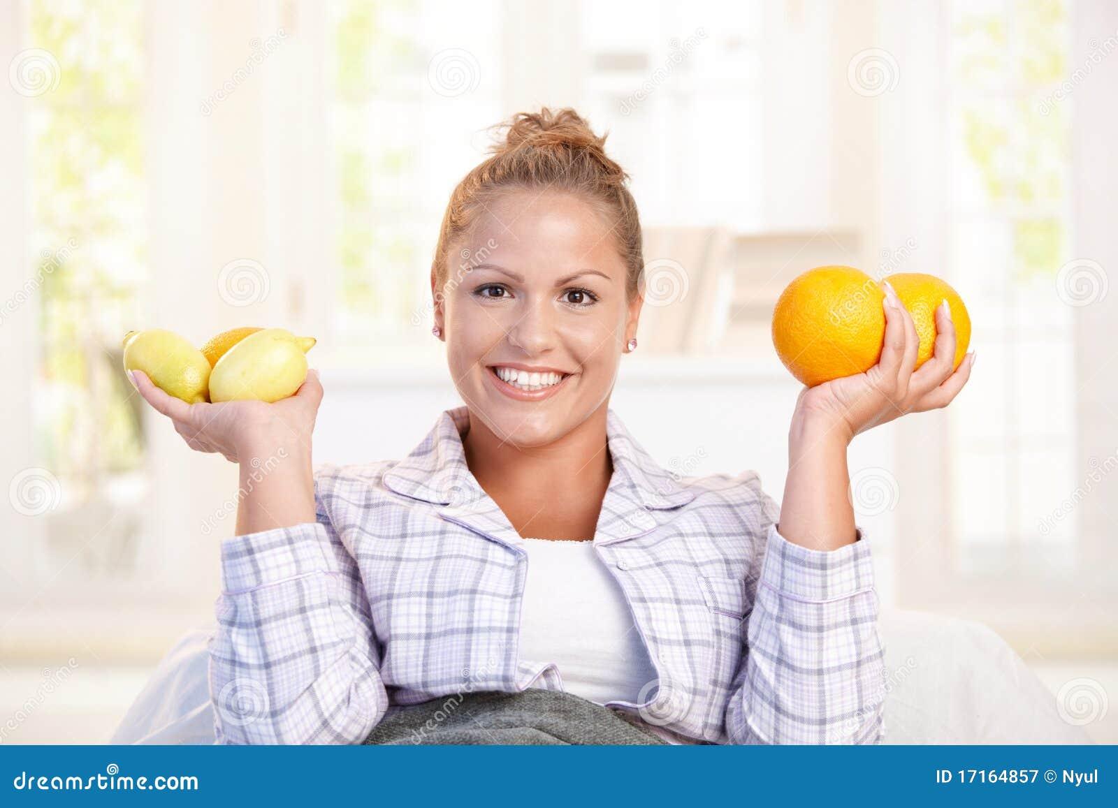 拿着柠檬纵向妇女的现有量新
