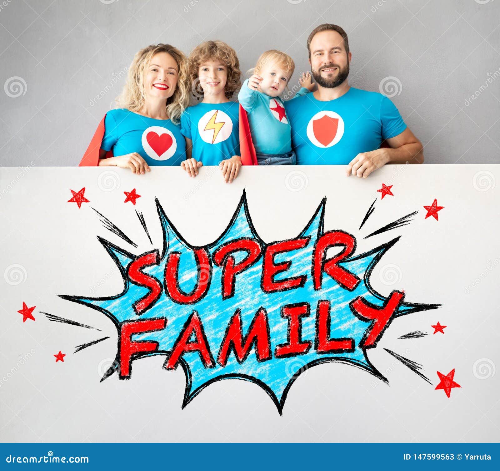 拿着横幅的超级英雄家庭