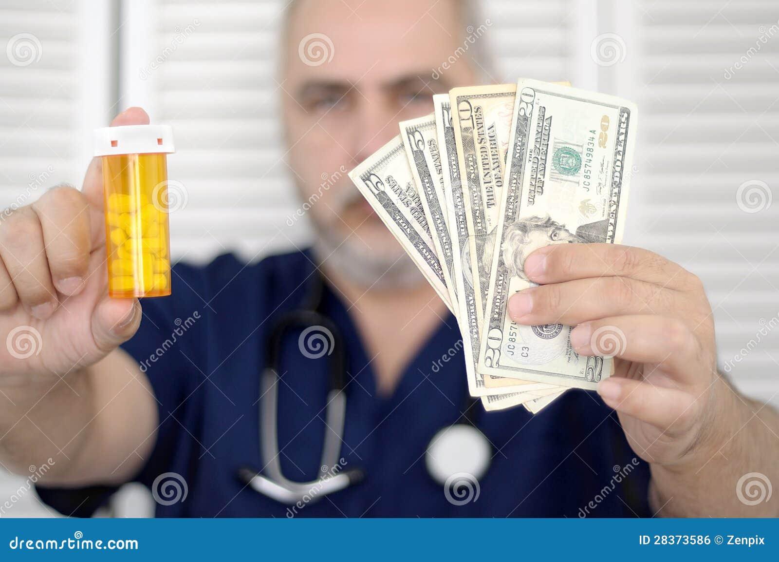 拿着现金和药片的医生