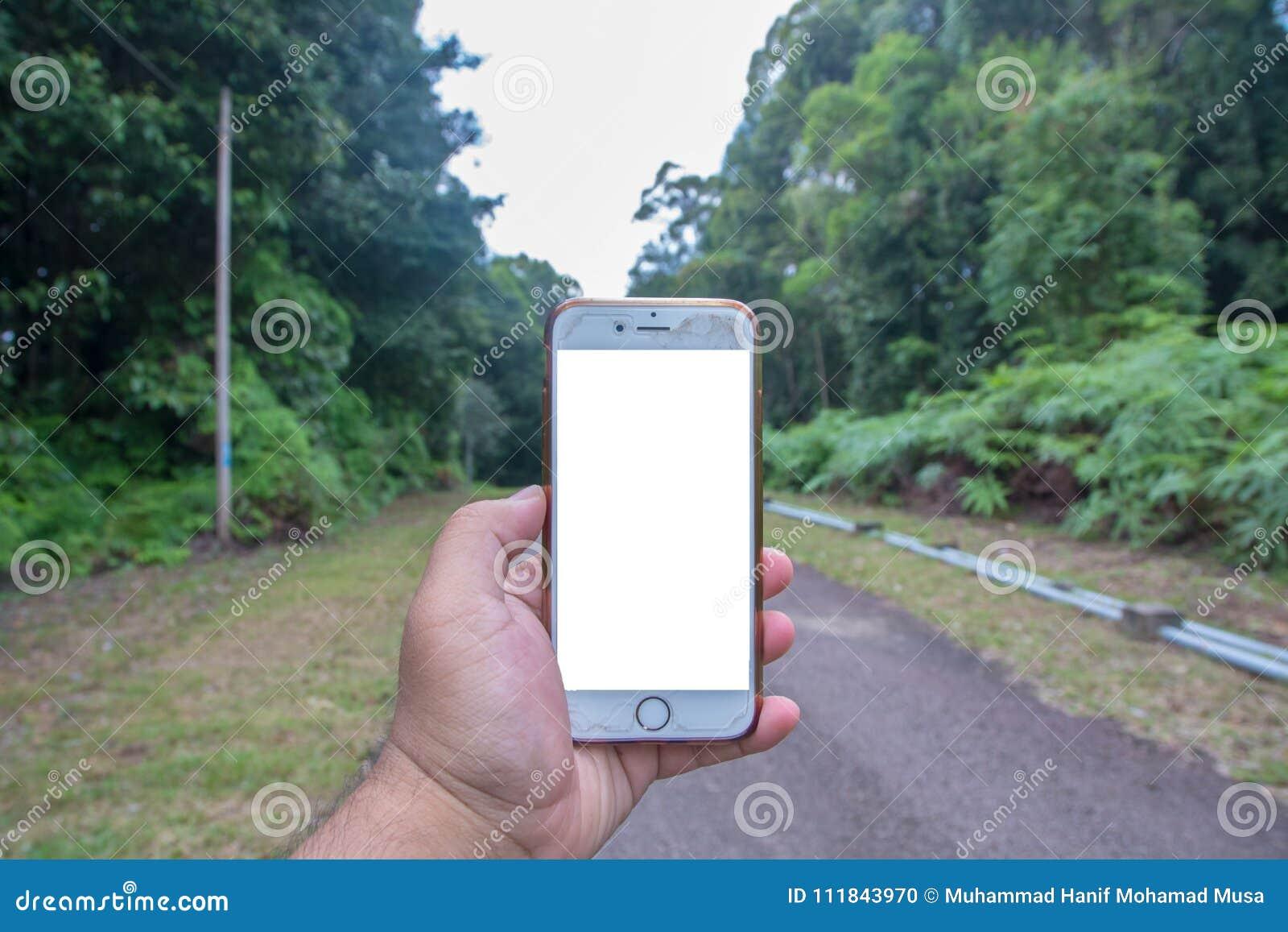 拿着白色屏幕Iphone