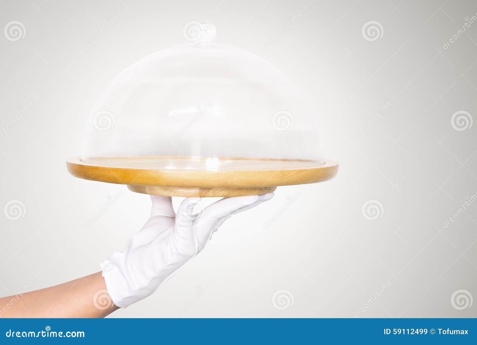 拿着盘子的手