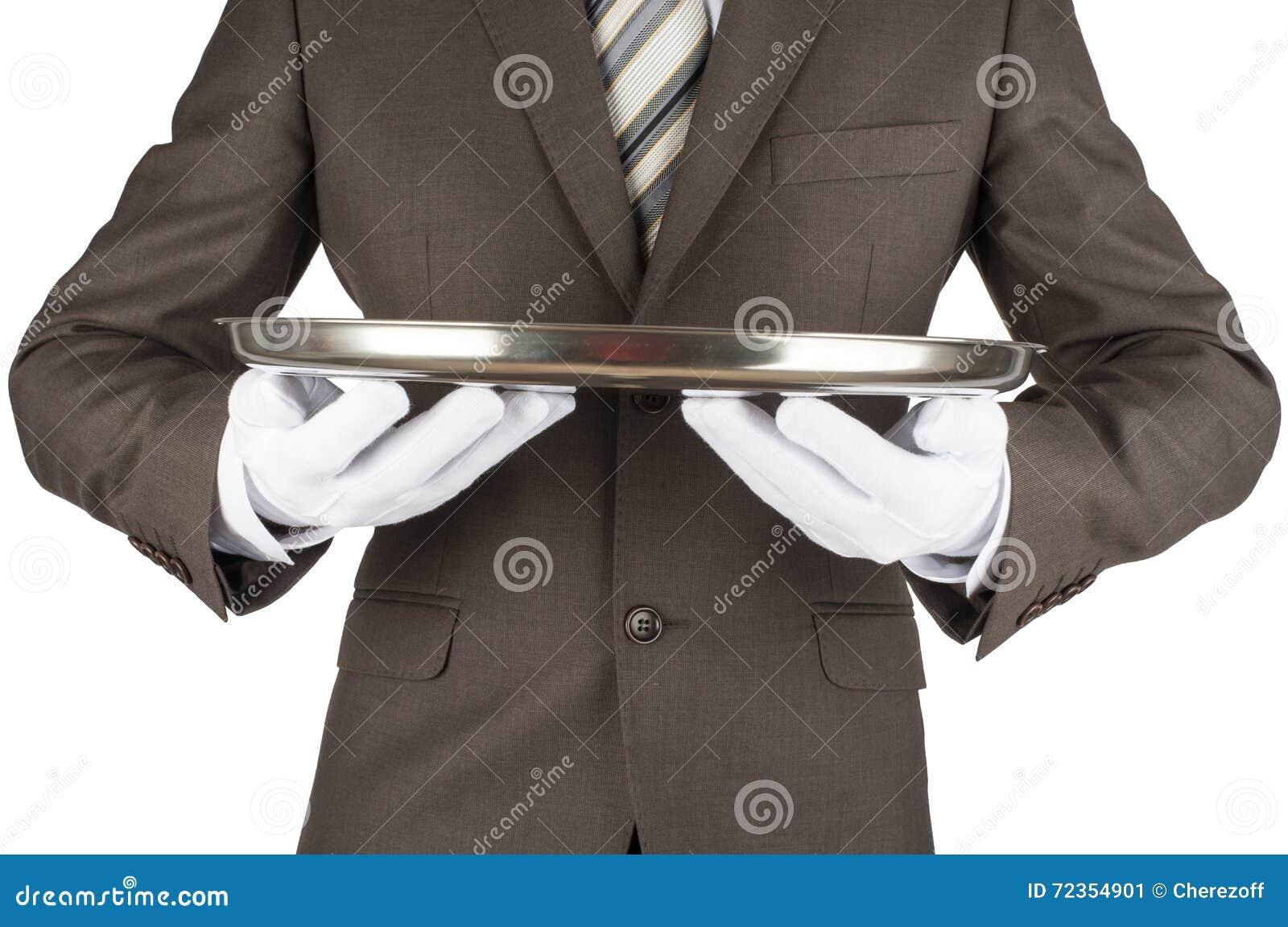 拿着盘子的男性侍者
