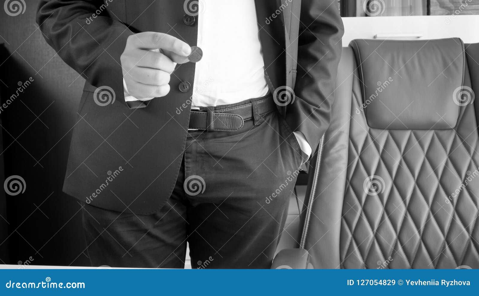 拿着硬币的商人的黑白图象手中
