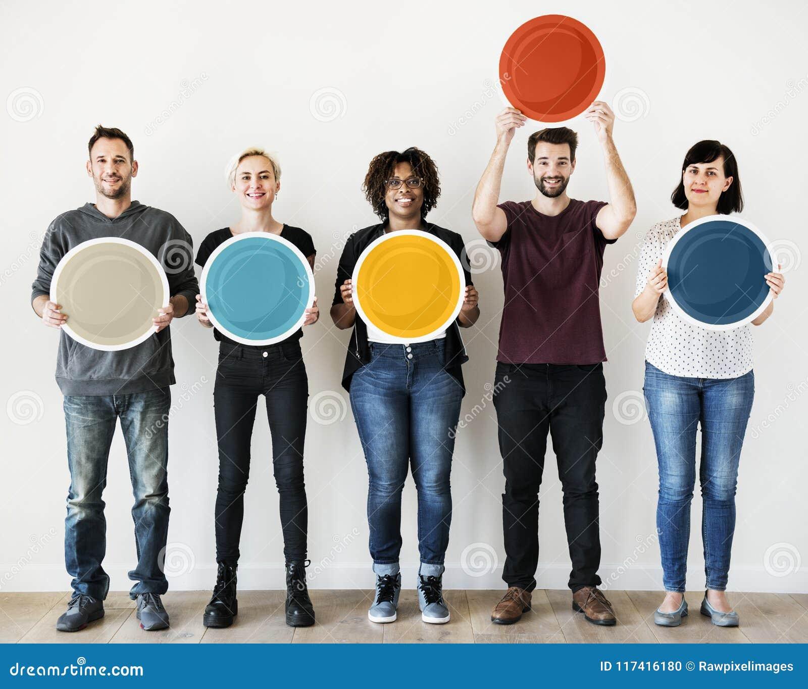 拿着空白的圆的委员会的不同的人民