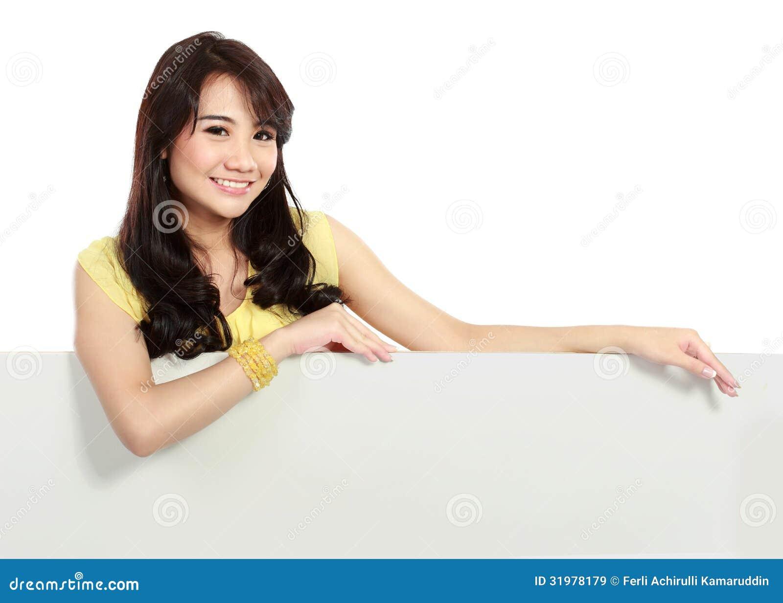 拿着空白的白板的微笑的少年女孩