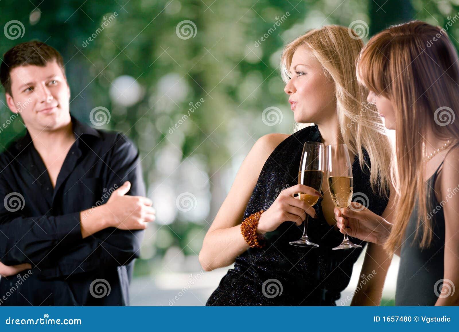 拿着笑的人二妇女的香槟玻璃新