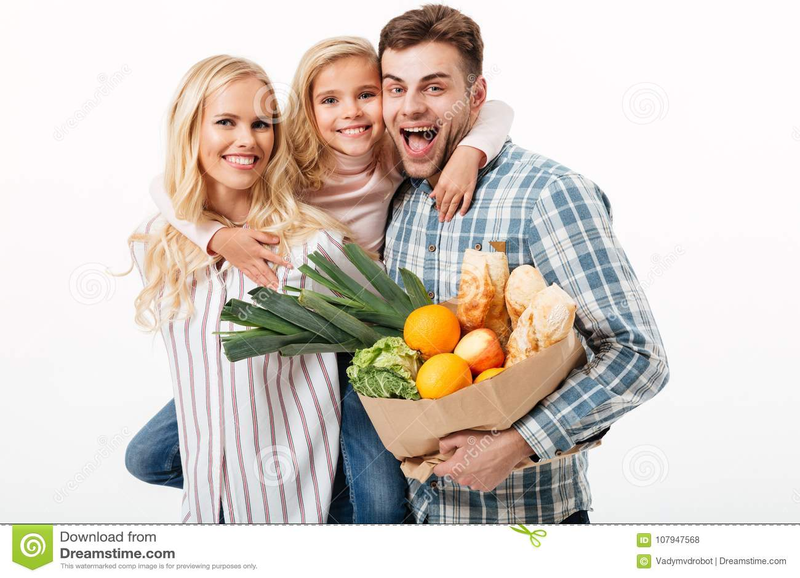 拿着纸购物袋的一个美丽的家庭的画象
