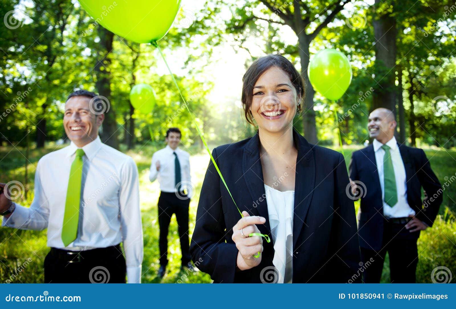 拿着绿色气球的商人在森林里