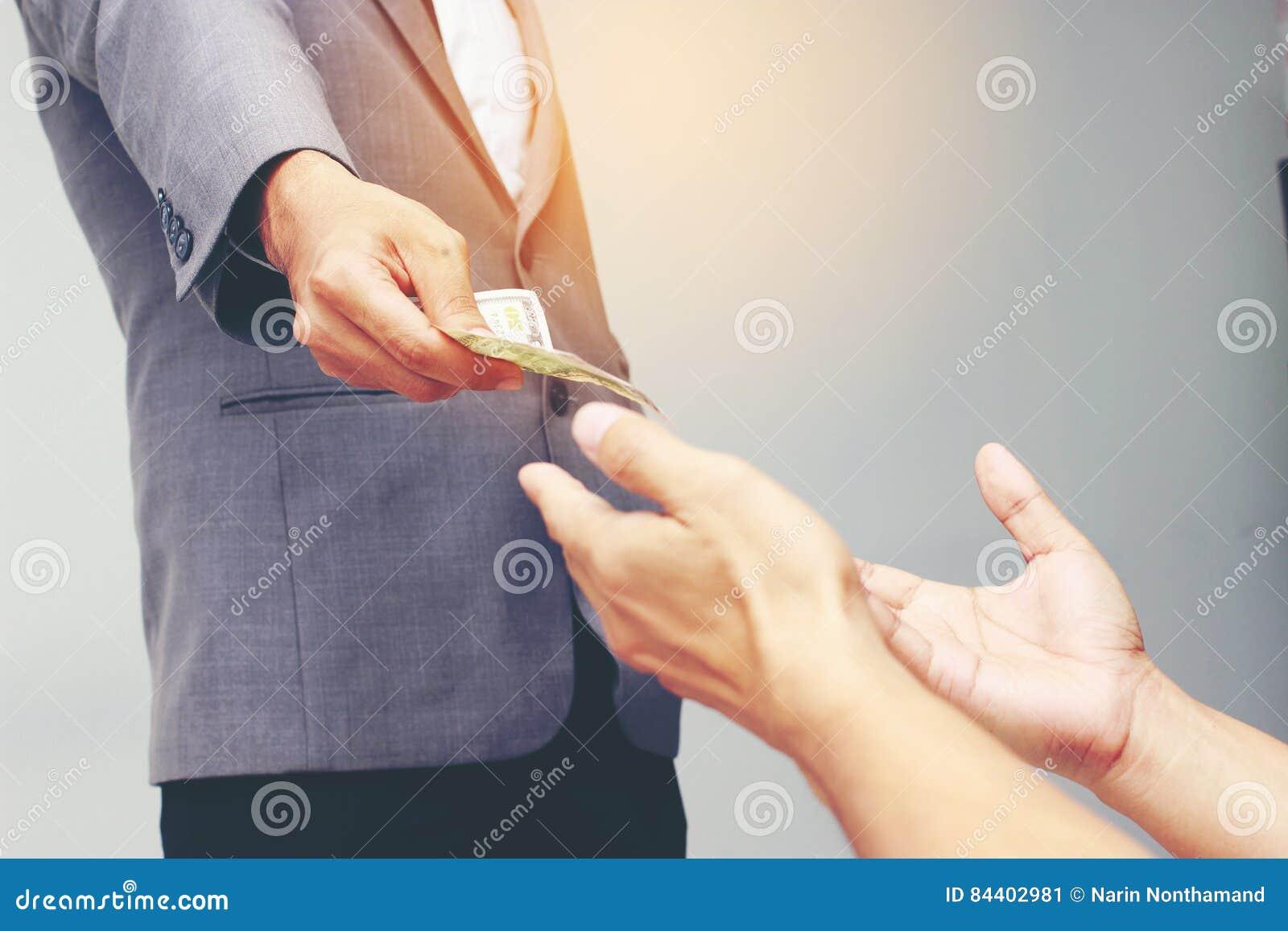 拿着美元, USD的商人手 票据,提议美元钞票金钱和给金钱支付了某事获利Busin