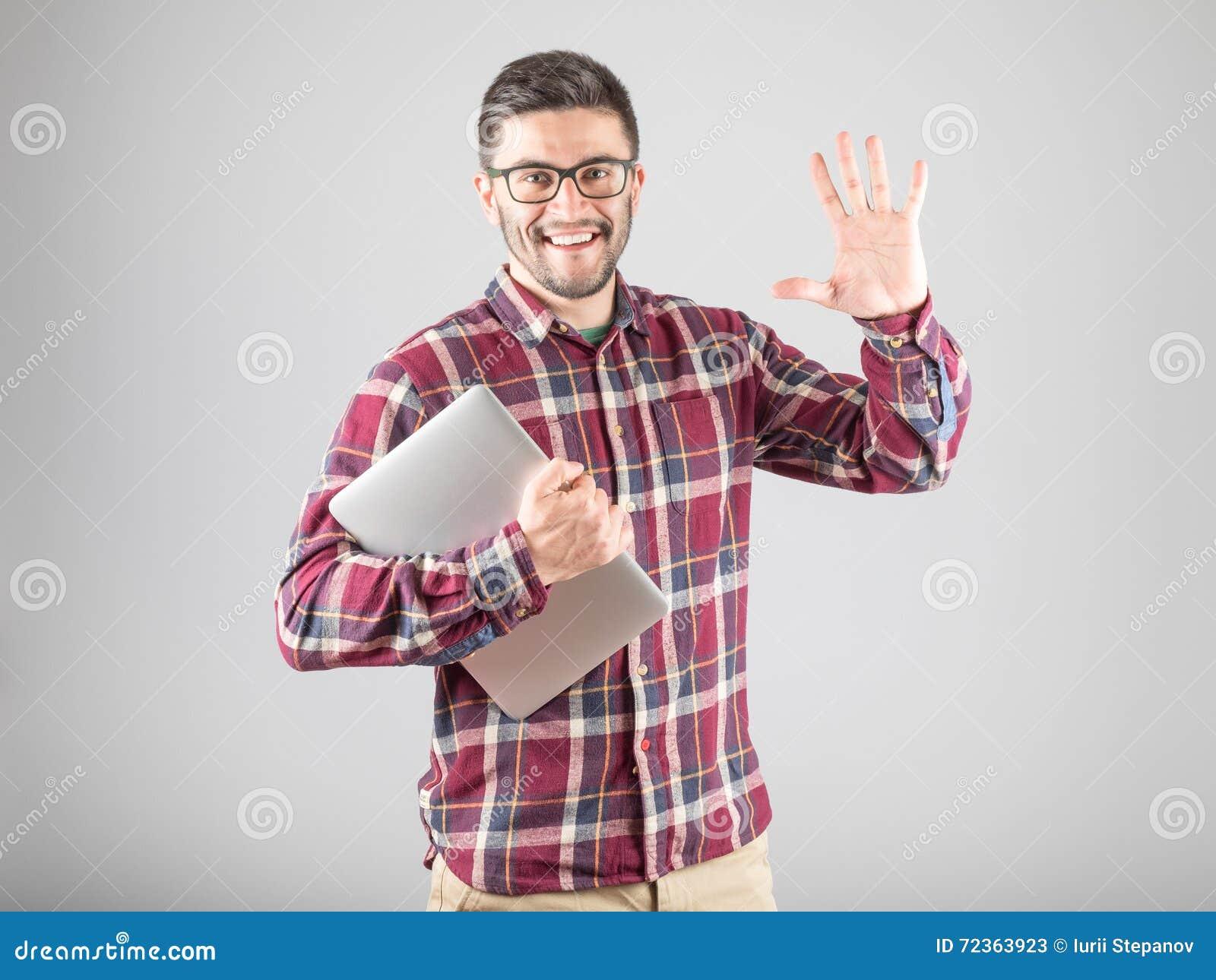 拿着膝上型计算机的有胡子的人