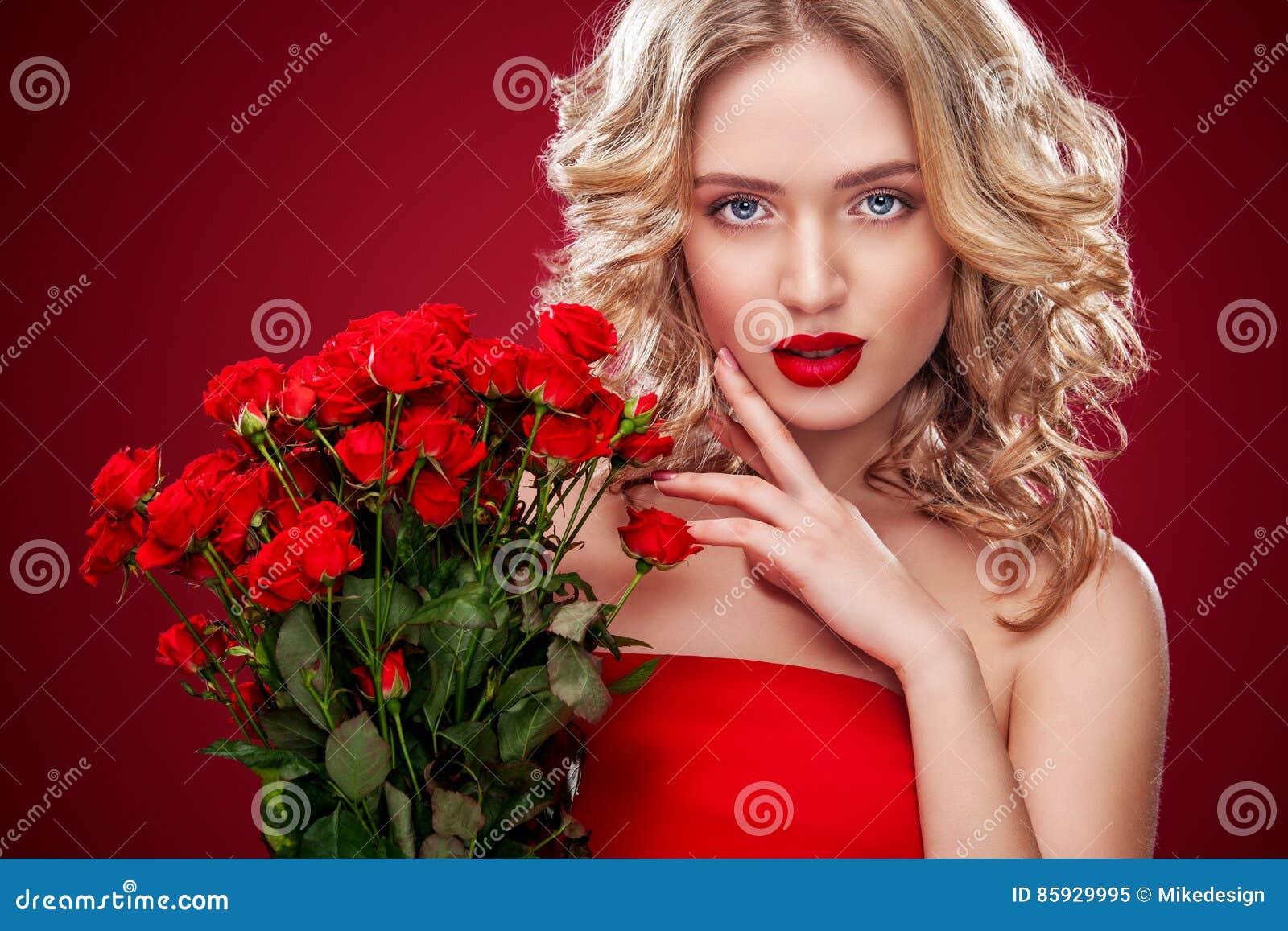 拿着英国兰开斯特家族族徽的花束美丽的白肤金发的妇女 圣徒华伦泰和国际妇女` s天,八3月