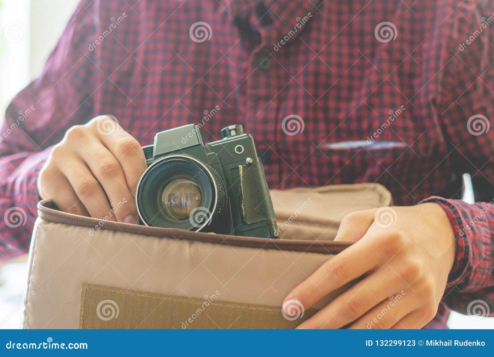 拿着葡萄酒照相机f的年轻人手的关闭