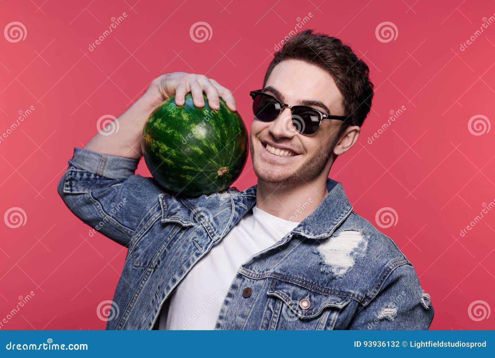 拿着西瓜的年轻英俊的偶然人画象
