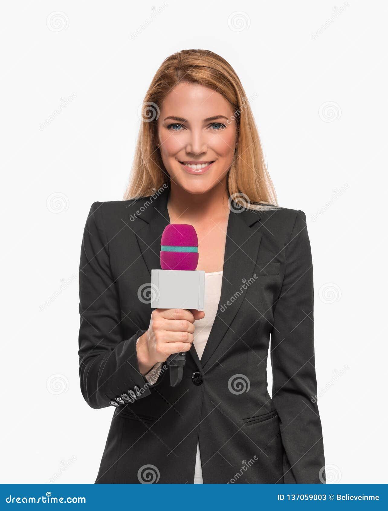 拿着话筒和点的可爱的金发碧眼的女人电视赠送者对对象