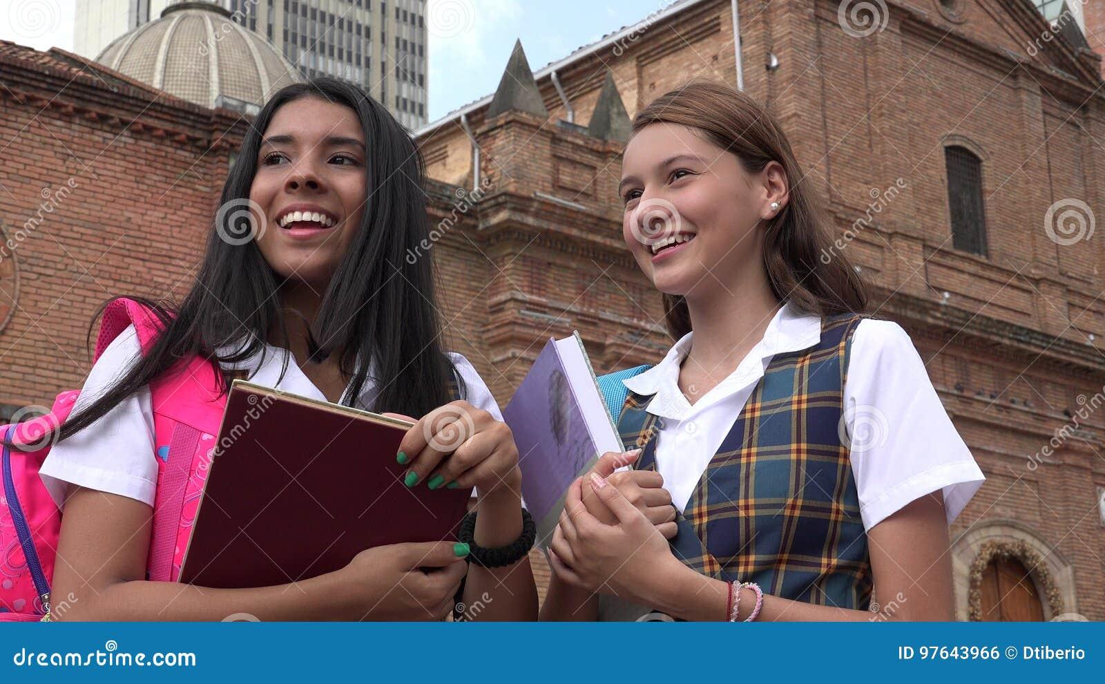 拿着课本的天主教学校女孩