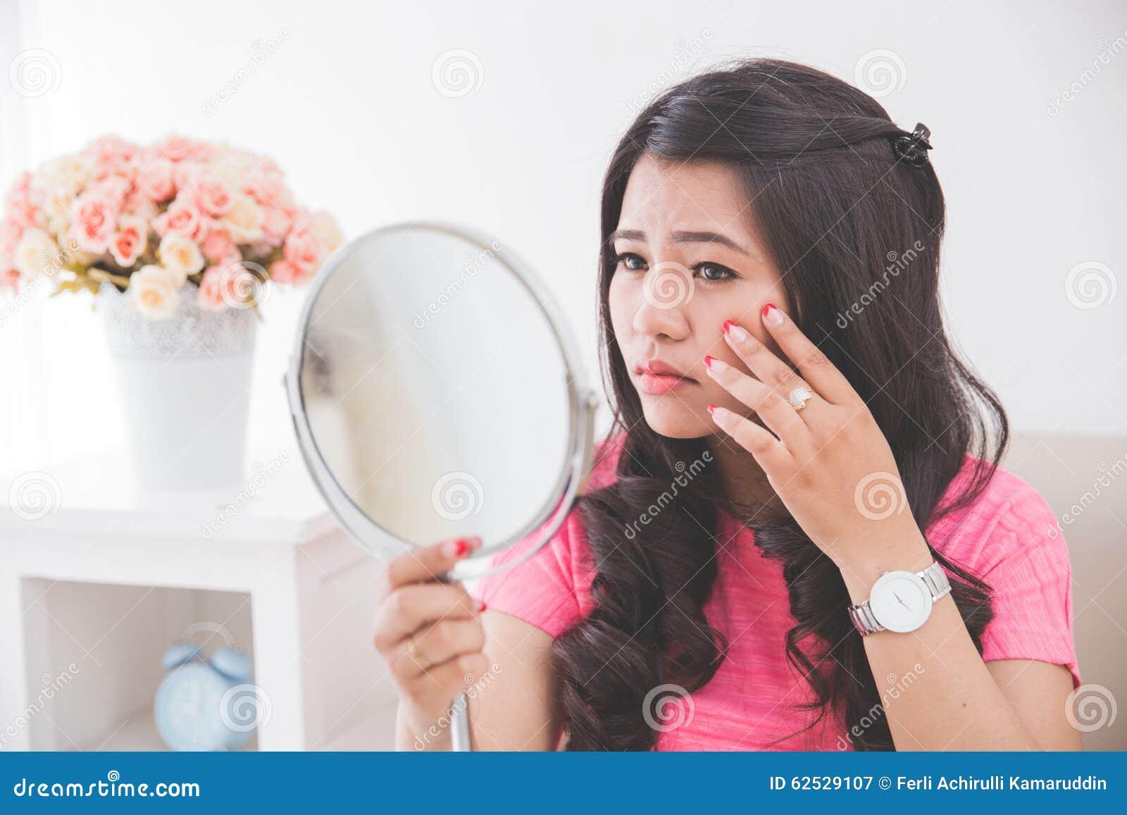 拿着镜子的妇女