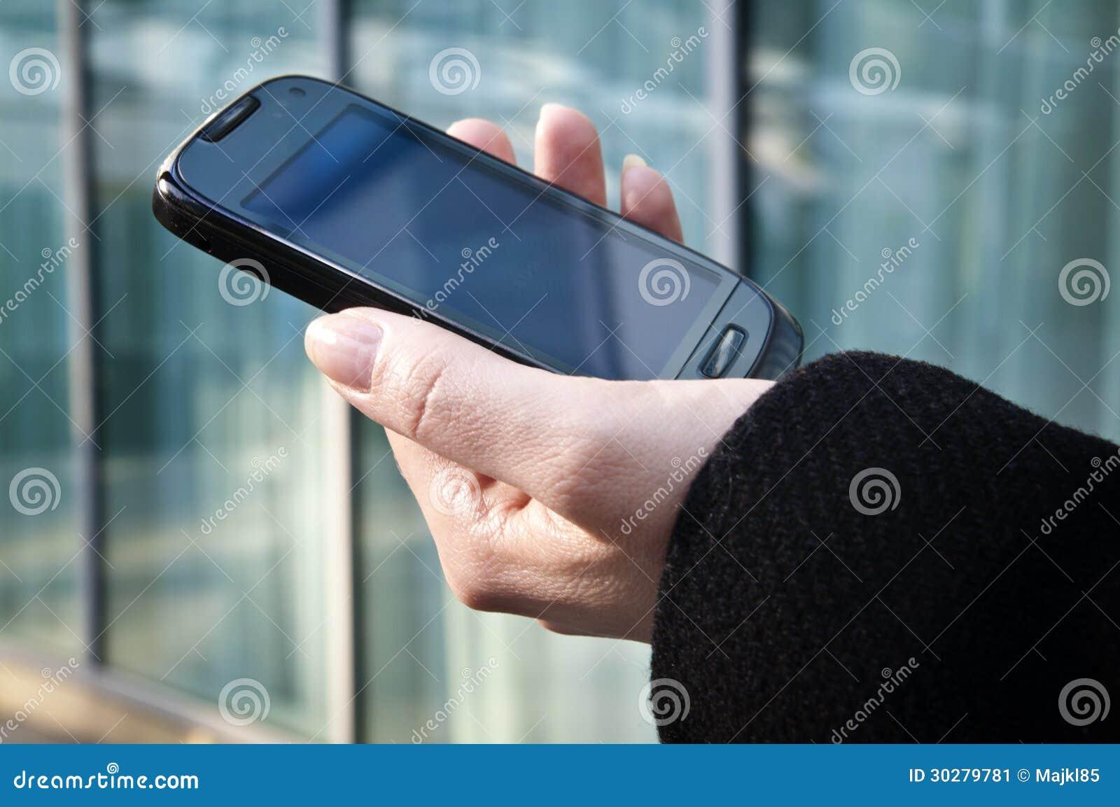 拿着移动电话的妇女手