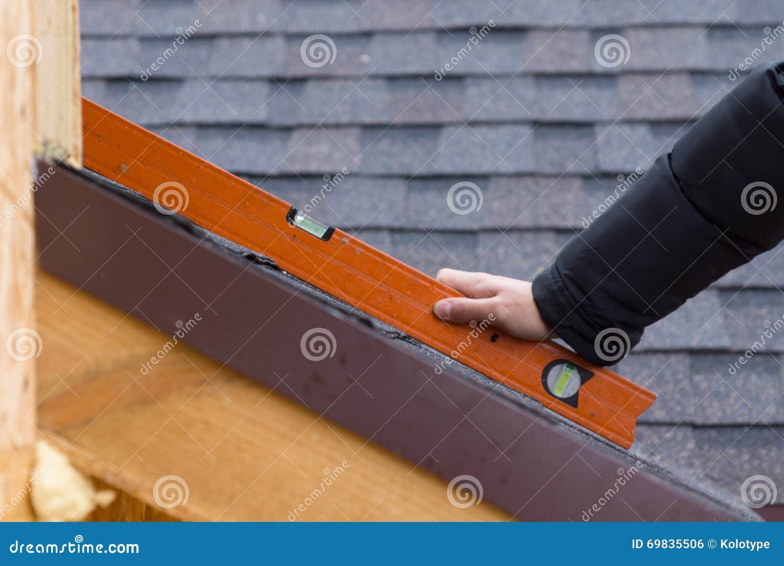 拿着水平仪的建造者或盖屋顶的人
